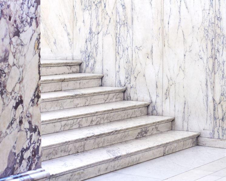 Scala con gradini in marmo
