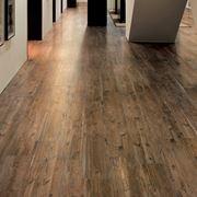 Pavimentazione realizzata con gres porcellanato a effetto legno