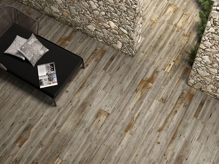 Pavimentazione in gres porcellanato che simula il legno