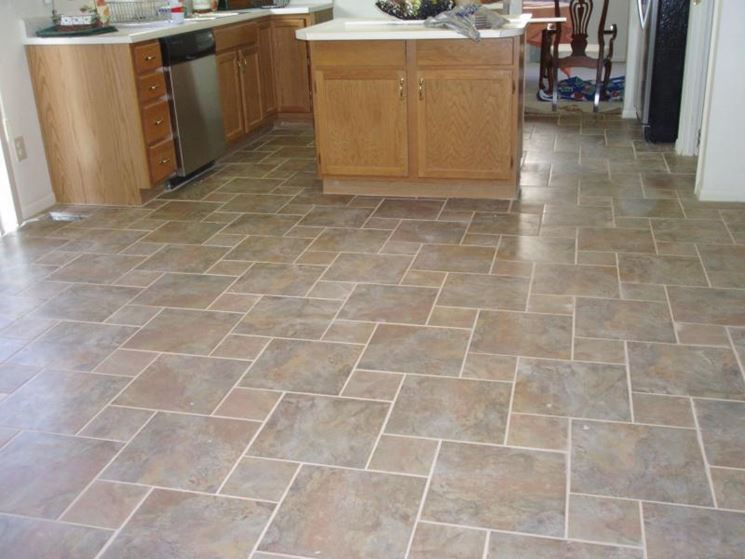 Pavimento rivestito con piastrelle di dimensioni diverse