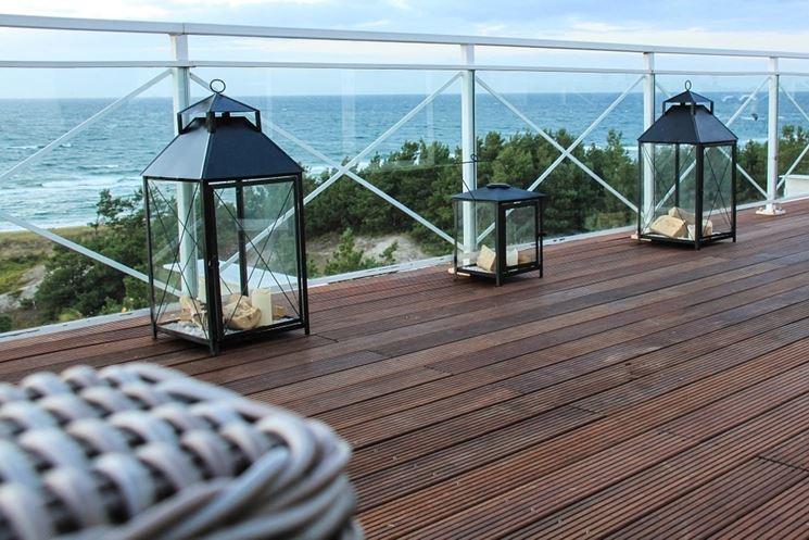 Bella terrazza con lanterne