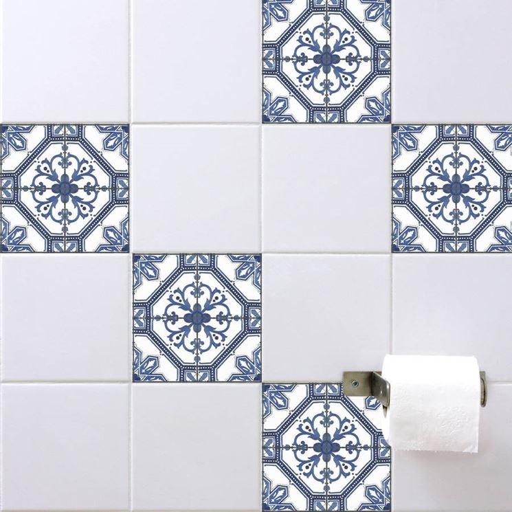 Piastrelle con adesivi alternati per il bagno