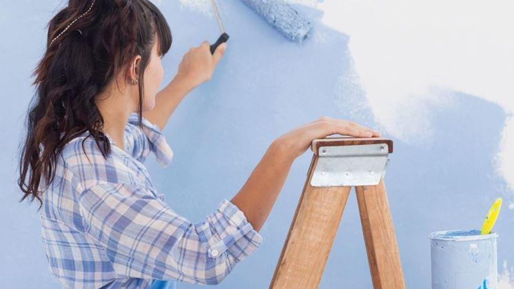 Donna intenta a pitturare
