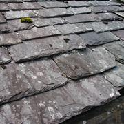 Vecchio tetto in tegole di ardesia