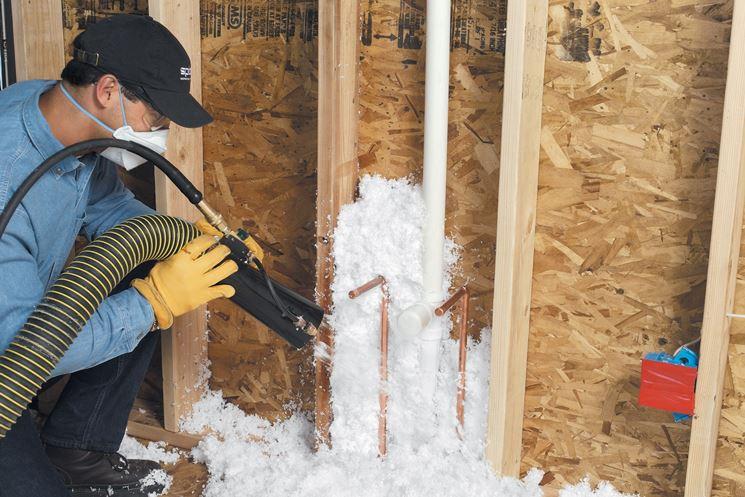 Applicazione schiuma isolante per pareti