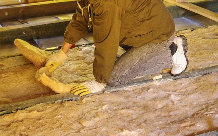 Un uomo adopera lana di roccia