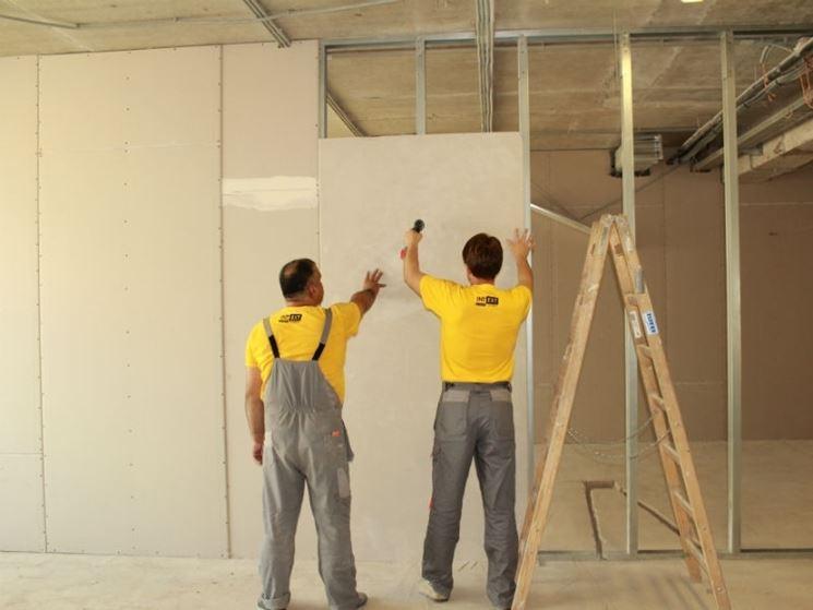 Fase di lavorazione di una parete in cartongesso