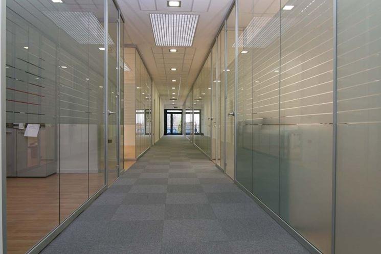 le pareti divisorie per ufficio mobili sono in vetro metallo ...