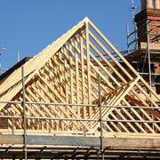 Tetto in legno in costruzione